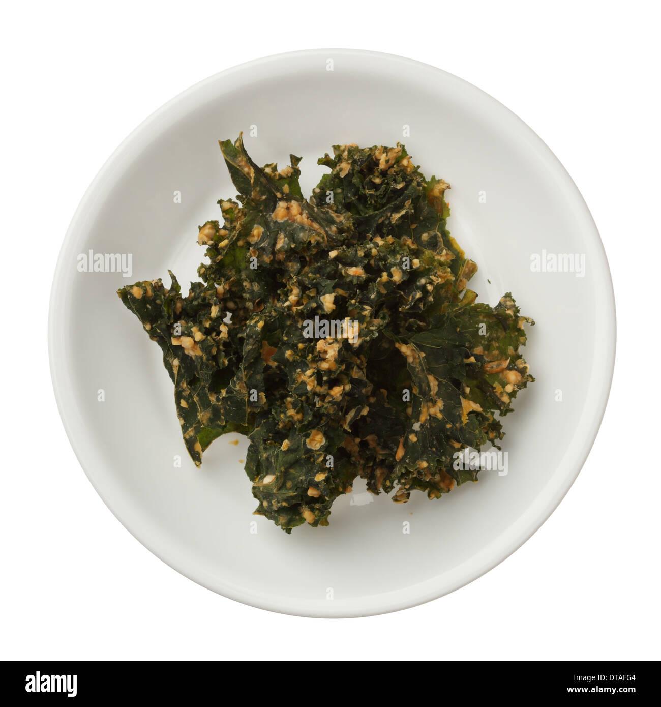 Geröstete Kale-Chips in einer Schüssel isoliert auf weißem Hintergrund Stockbild