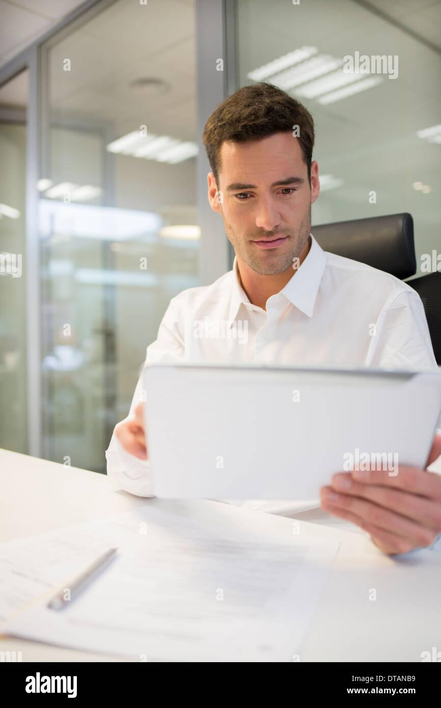 Kaufmann im Büro am Computer tablet Stockfoto