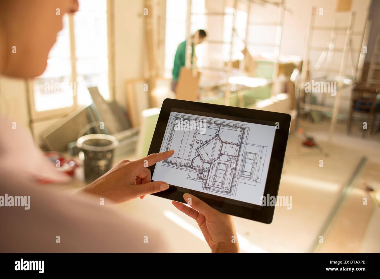 Architektin Frau arbeiten mit elektronischen Tablet auf Baustelle Stockbild