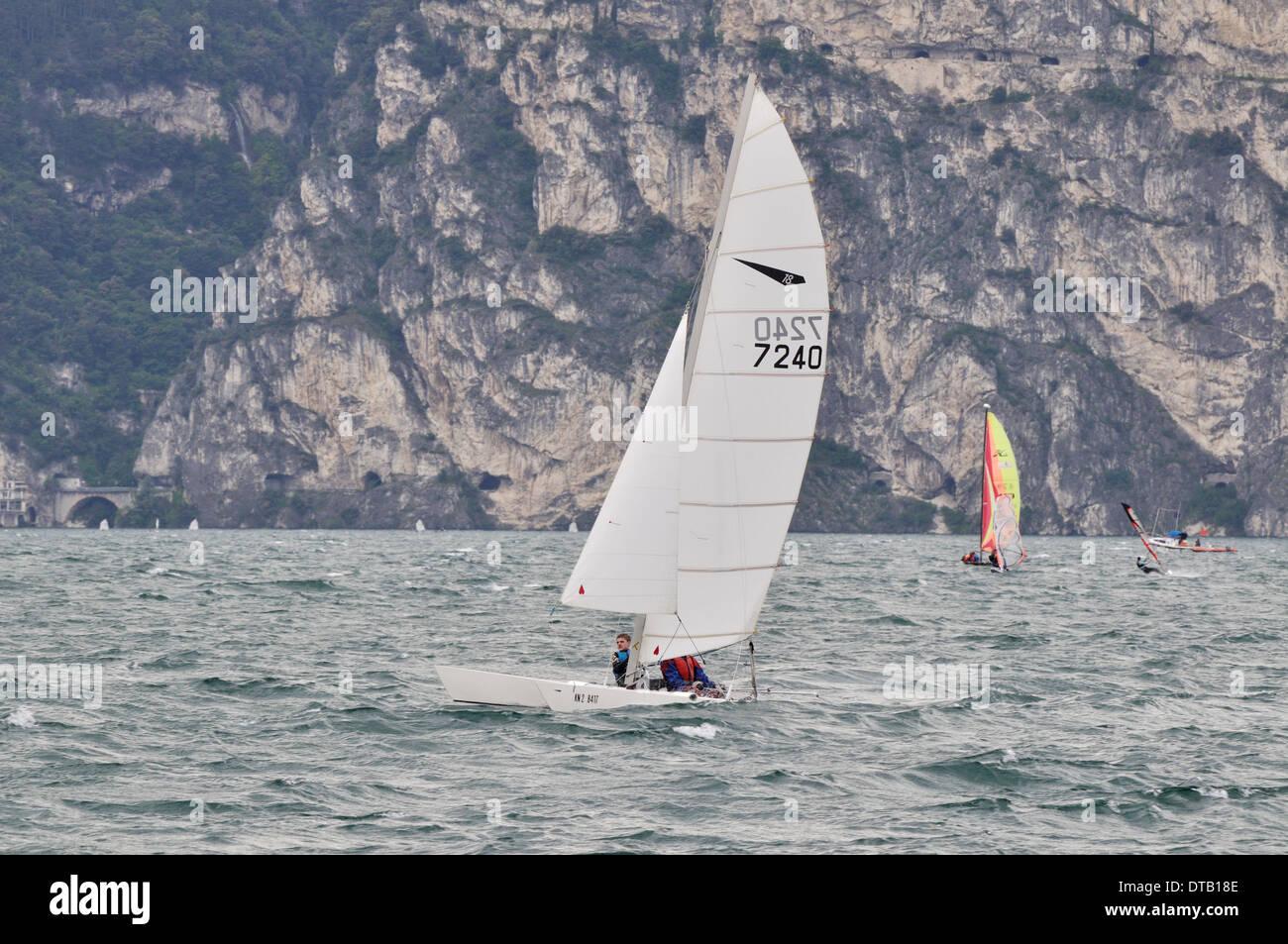 Katamaran segeln sport  Zwei Männer im Wasser-Sport-Resort von Torbole am Gardasee einen ...