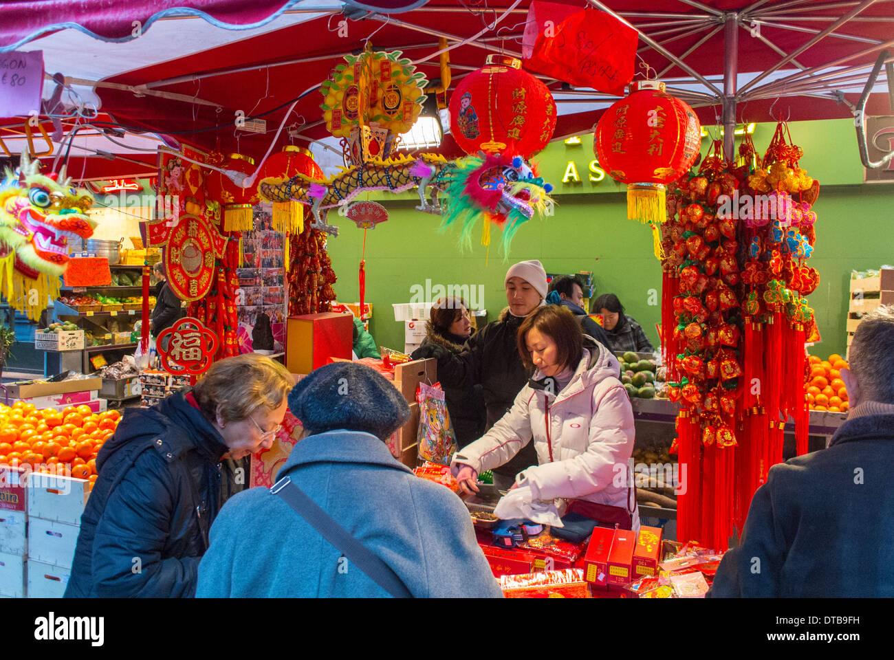 Paris, Frankreich. Frauen Einkaufen für Weihnachtsgeschenke im Markt ...