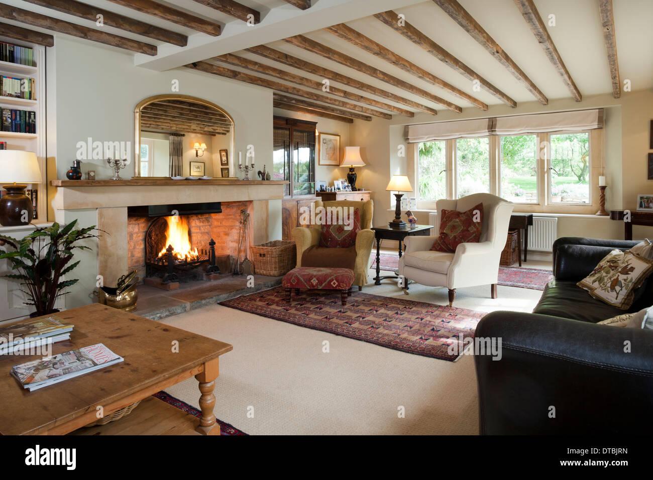 Traditionell Eingerichtete Zeitraum Home Balkendecke Wohnzimmer