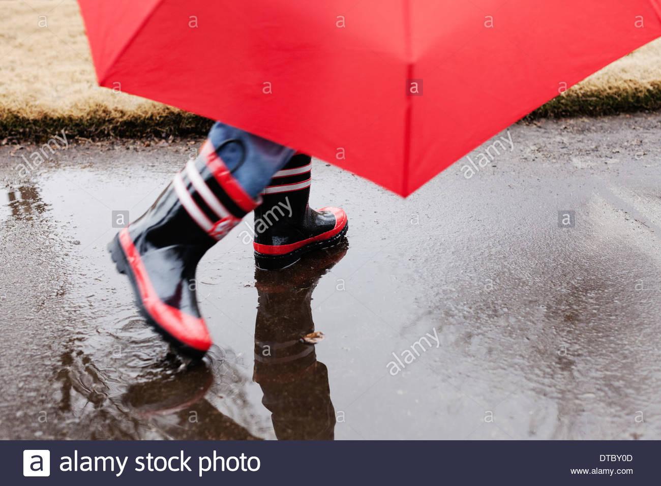 Gummistiefel und Regenschirm Stockbild