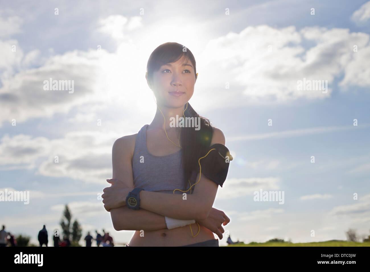 Porträt der jungen weiblichen Läufer mit verschränkten Armen Stockbild