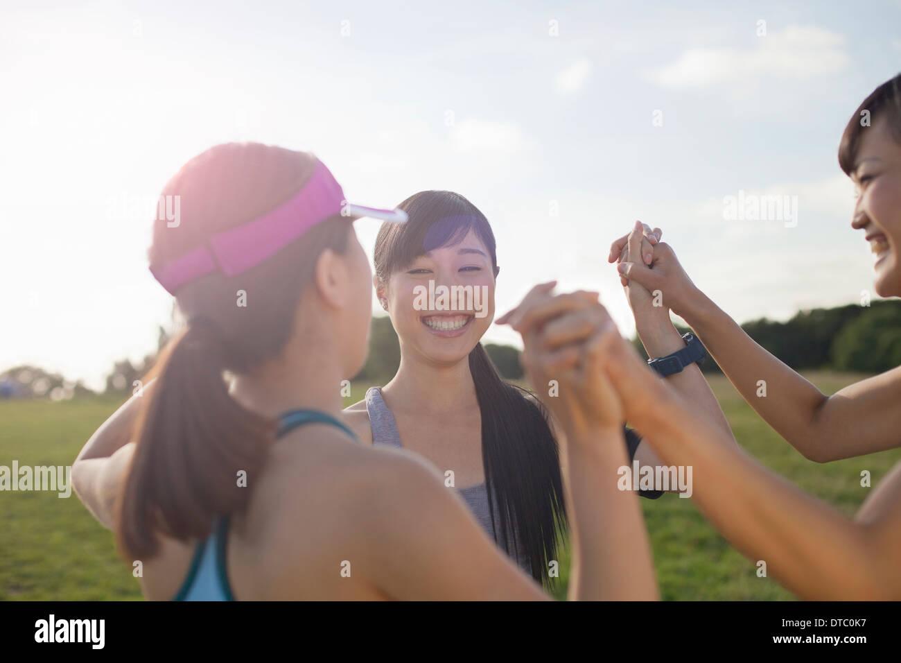 Drei junge Läuferinnen immer einsatzbereit Stockbild