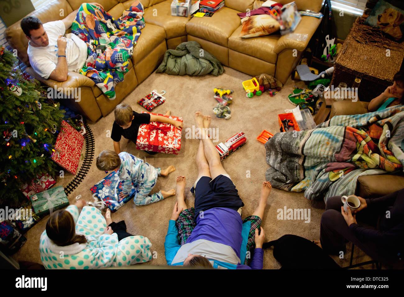 Junge Brüder, die Geschenke an Weihnachten Tag öffnen Stockfoto ...