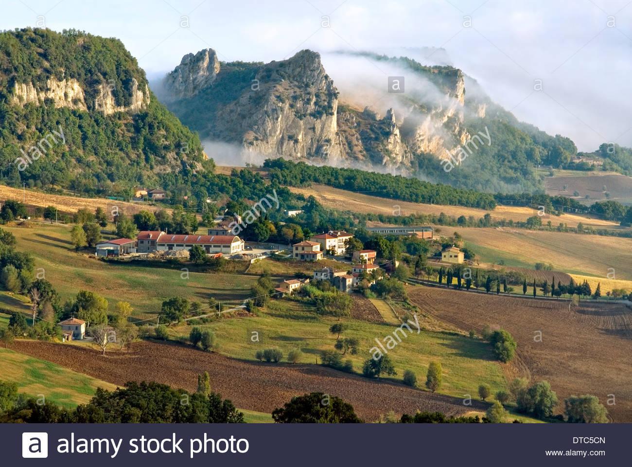 Landschaft in der n he von san leo emilia romagna italien landschaft nahe san leo in der - Mobelladen in der nahe ...
