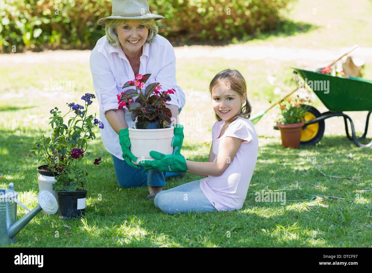 Großmutter und Enkelin engagiert bei der Gartenarbeit Stockbild