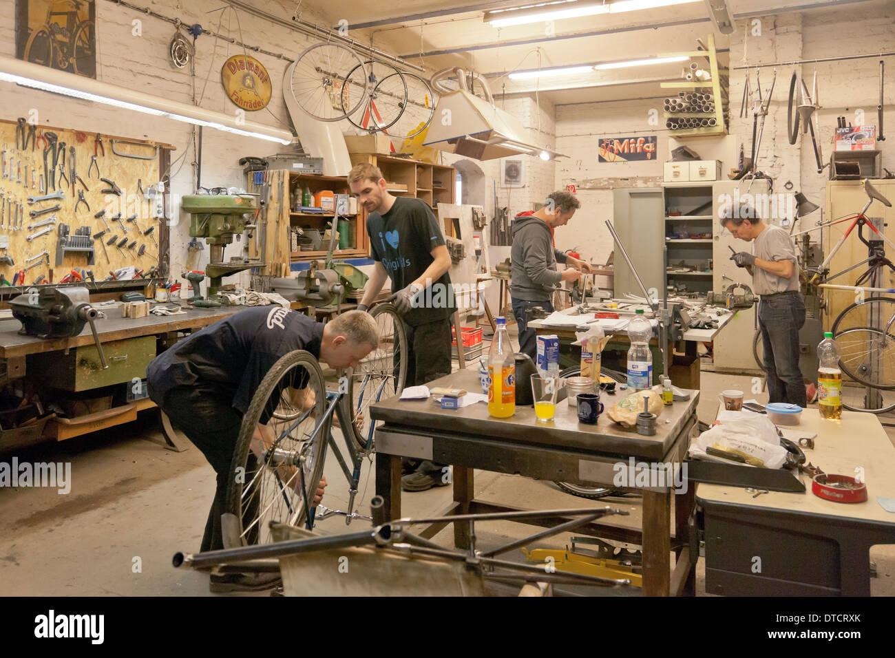 Berlin, Deutschland, Fahrradrahmen Gebäude in der Werkstatt von ...