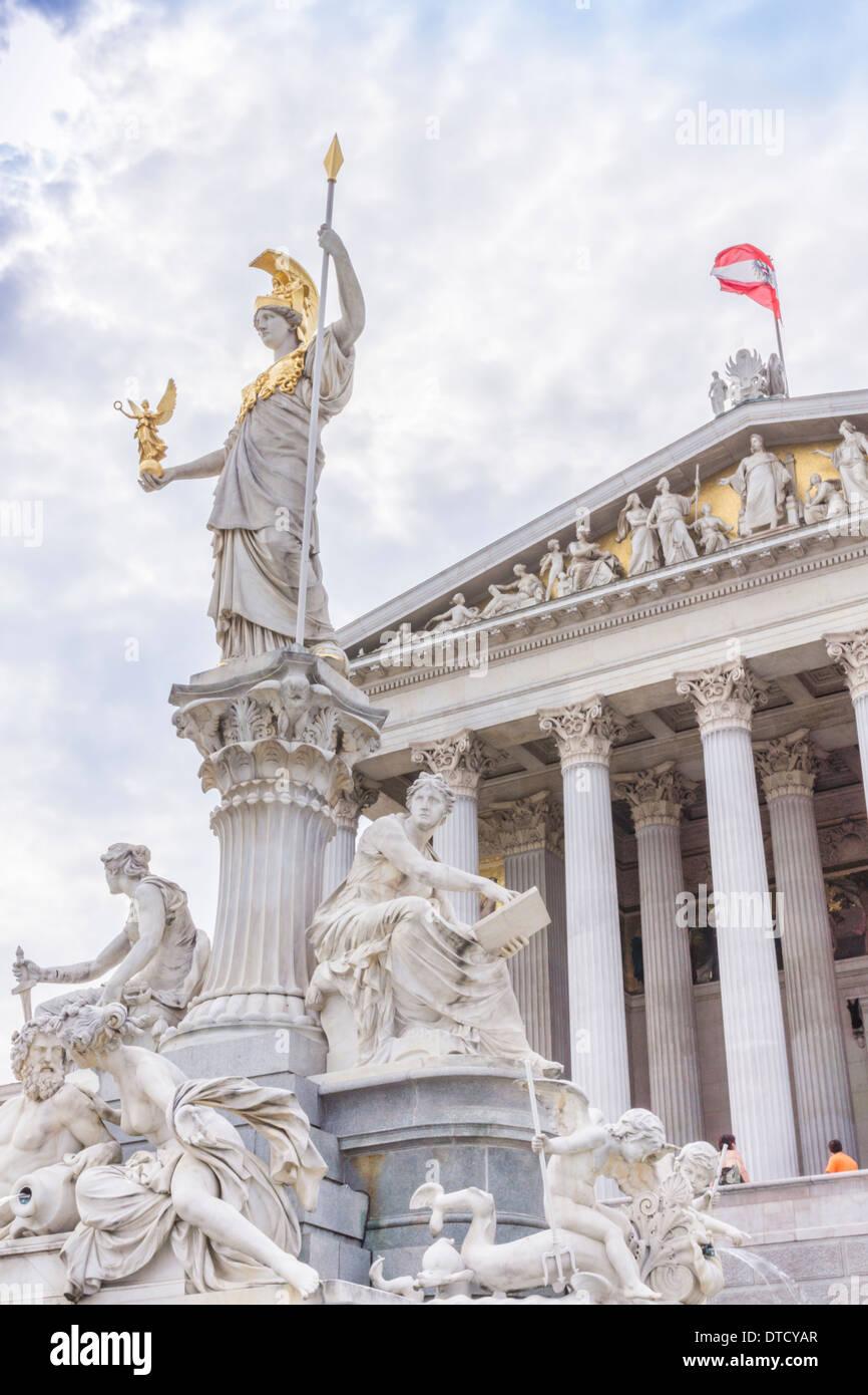 Detail des Athene-Brunnen vor dem Parlamentsgebäude im Hintergrund Teil des Giebels Stockbild