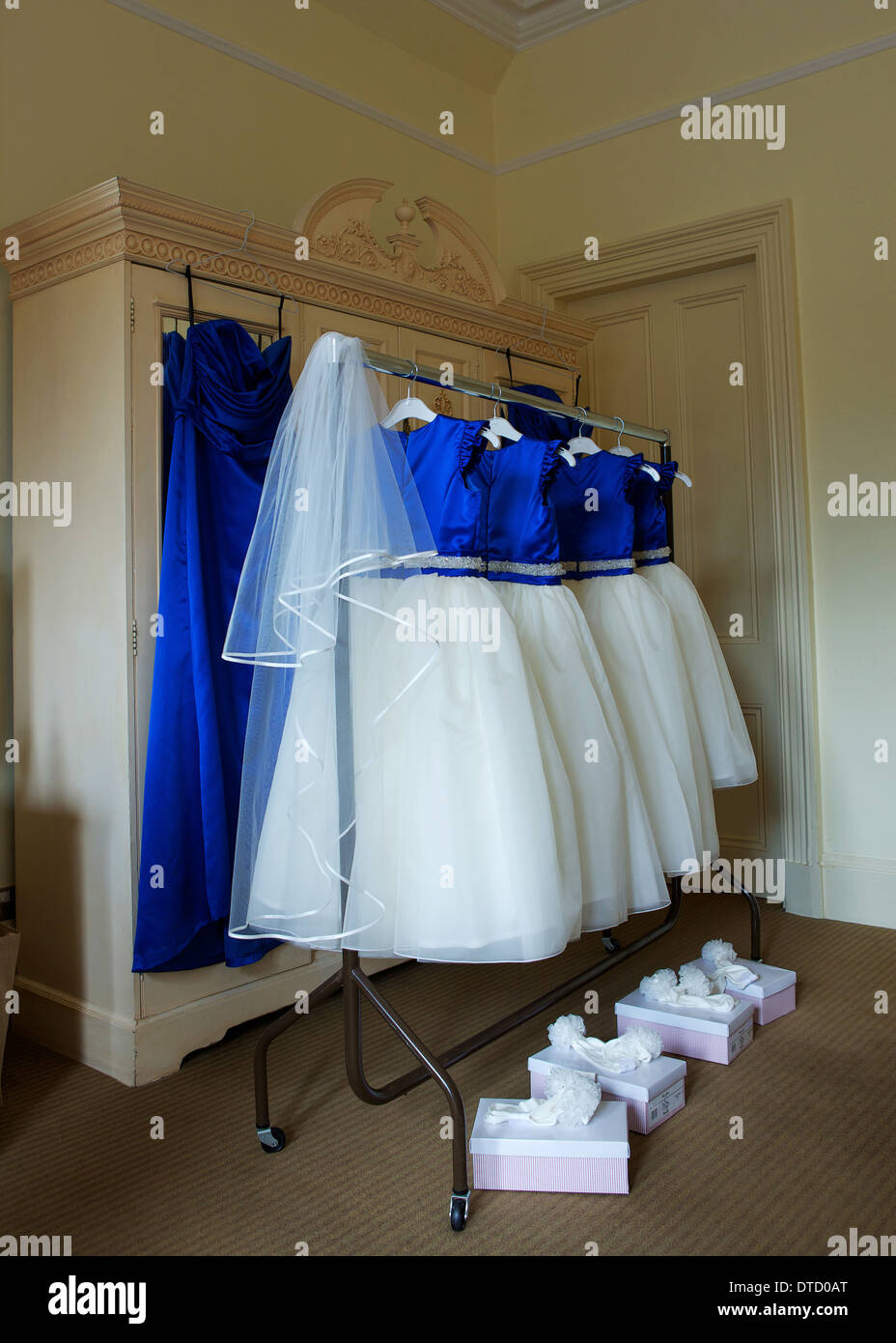brautjungfer kleider aufhängen stockfotografie - alamy