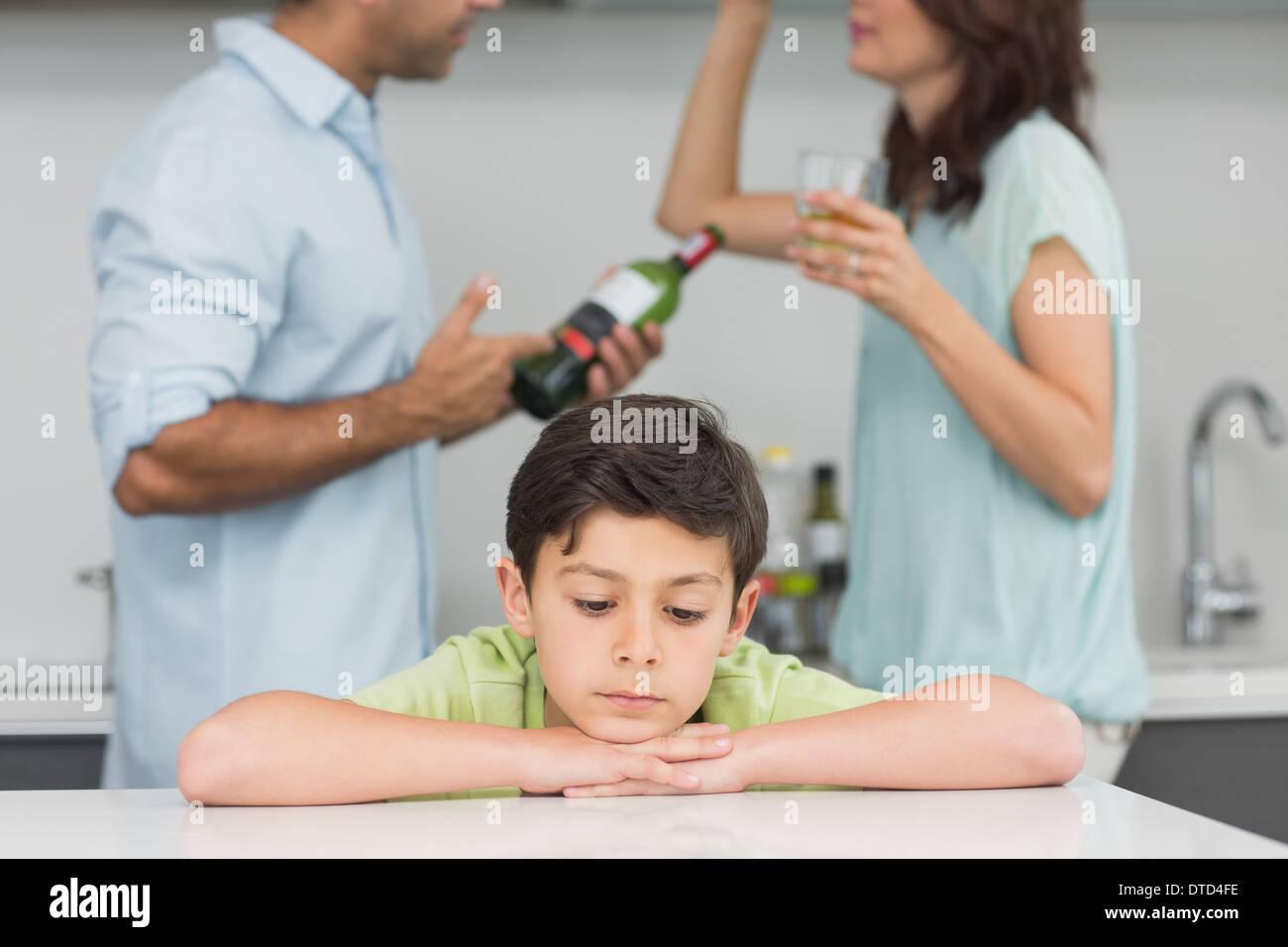 Nahaufnahme eines traurigen Sohnes während die Eltern streiten Stockbild