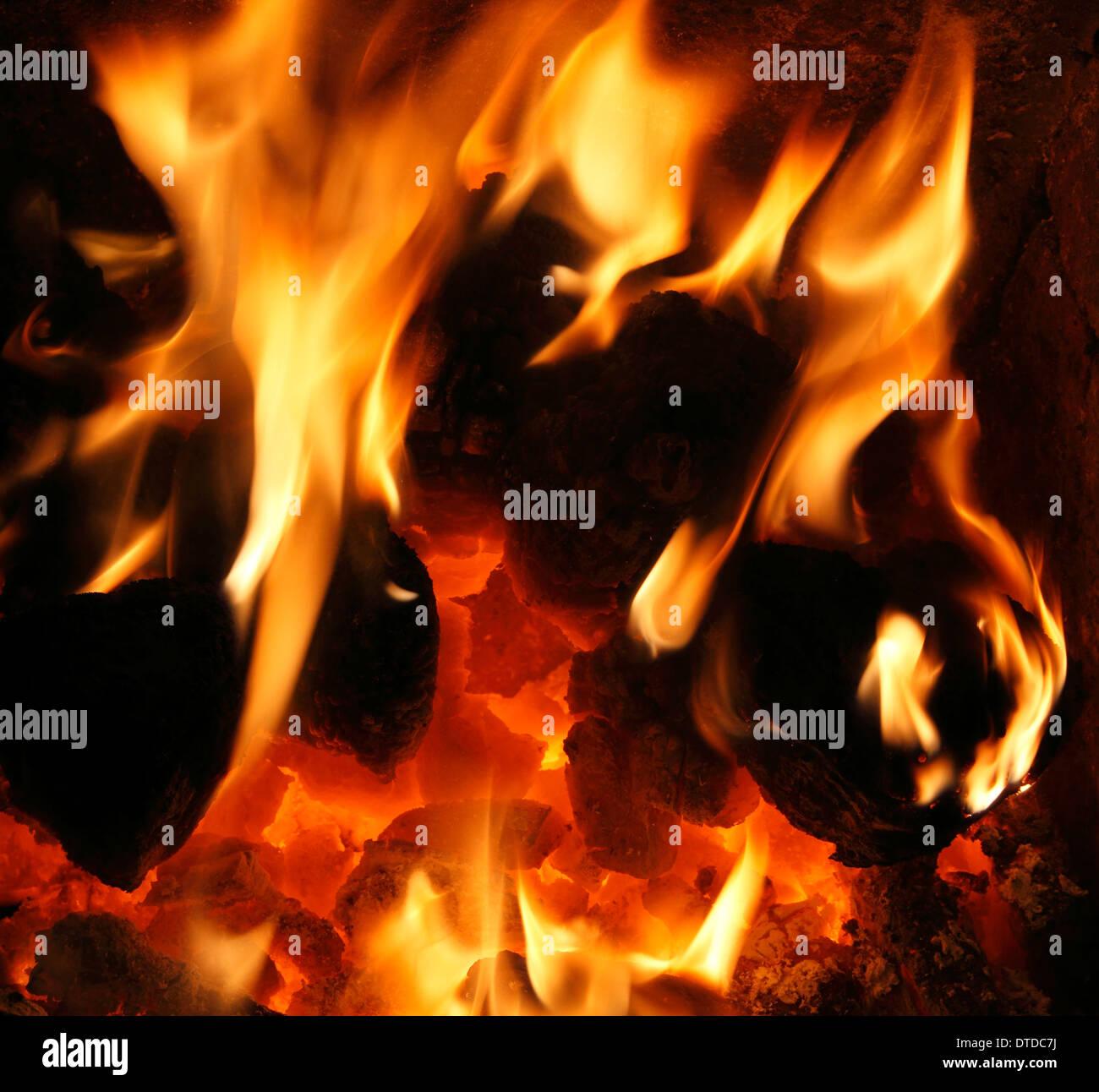 Feste Brennstoffe, heimische Kohle, Feuer, Flamme, Flammen Herz Kamin Wärme Energie macht Feuer Wärme warmen Hauptfeuer Stockbild