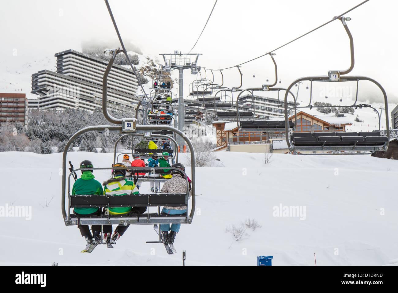 Skifahrer im Sessellift in Les Menuires, Trois Vallees, Frankreich Stockbild