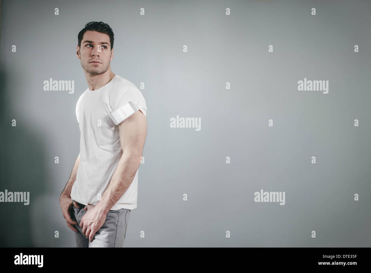 Teil der Serie zeigt verschiedene Möglichkeiten einer trägt eine Smartphone, gefaltet im T-shirt Ärmel Oldschool Stil. Stockbild