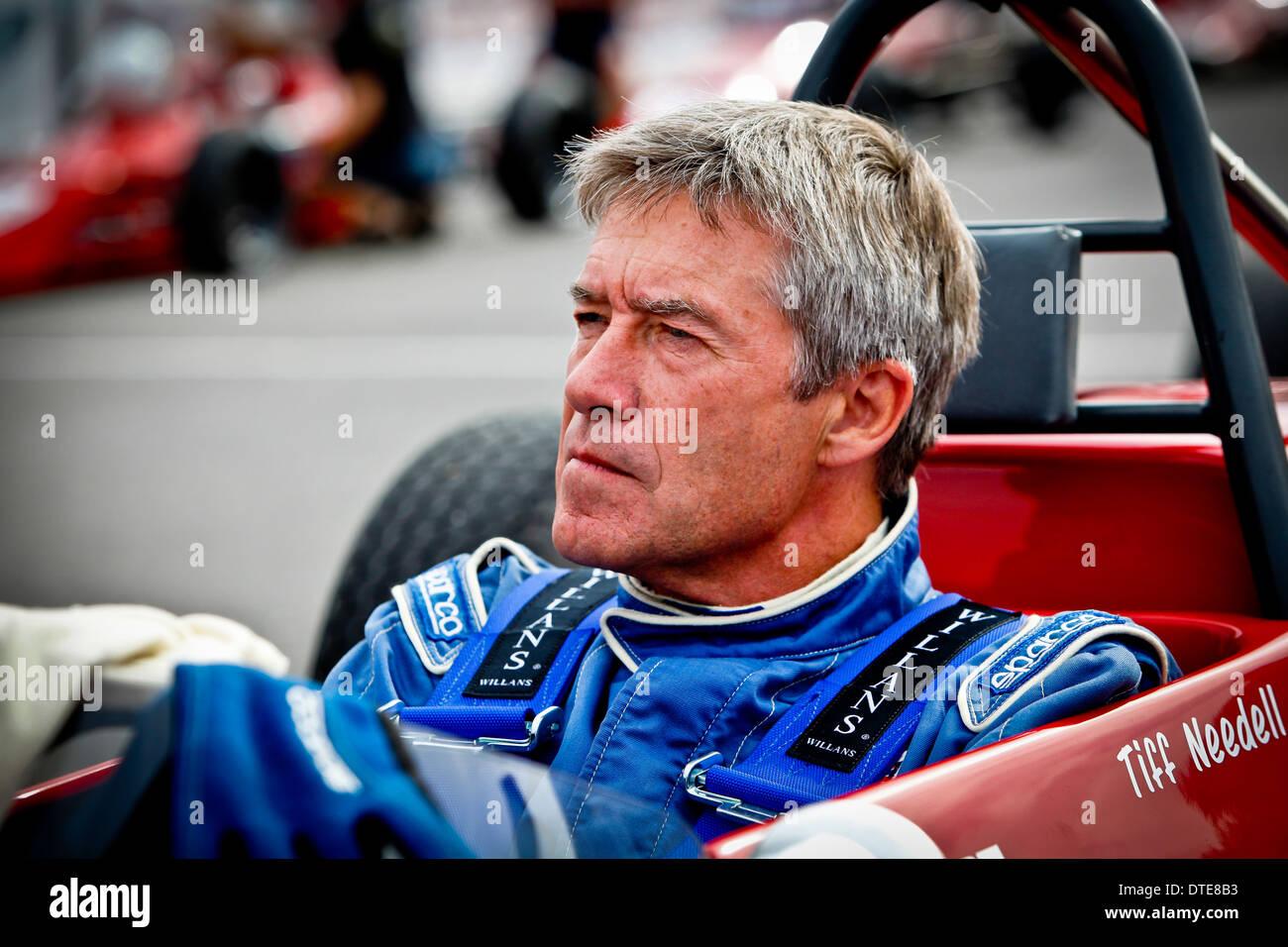 Motorsport-Legende und Kommentator Tiff Needell in seinem Auto vor einem Rennen Stockbild