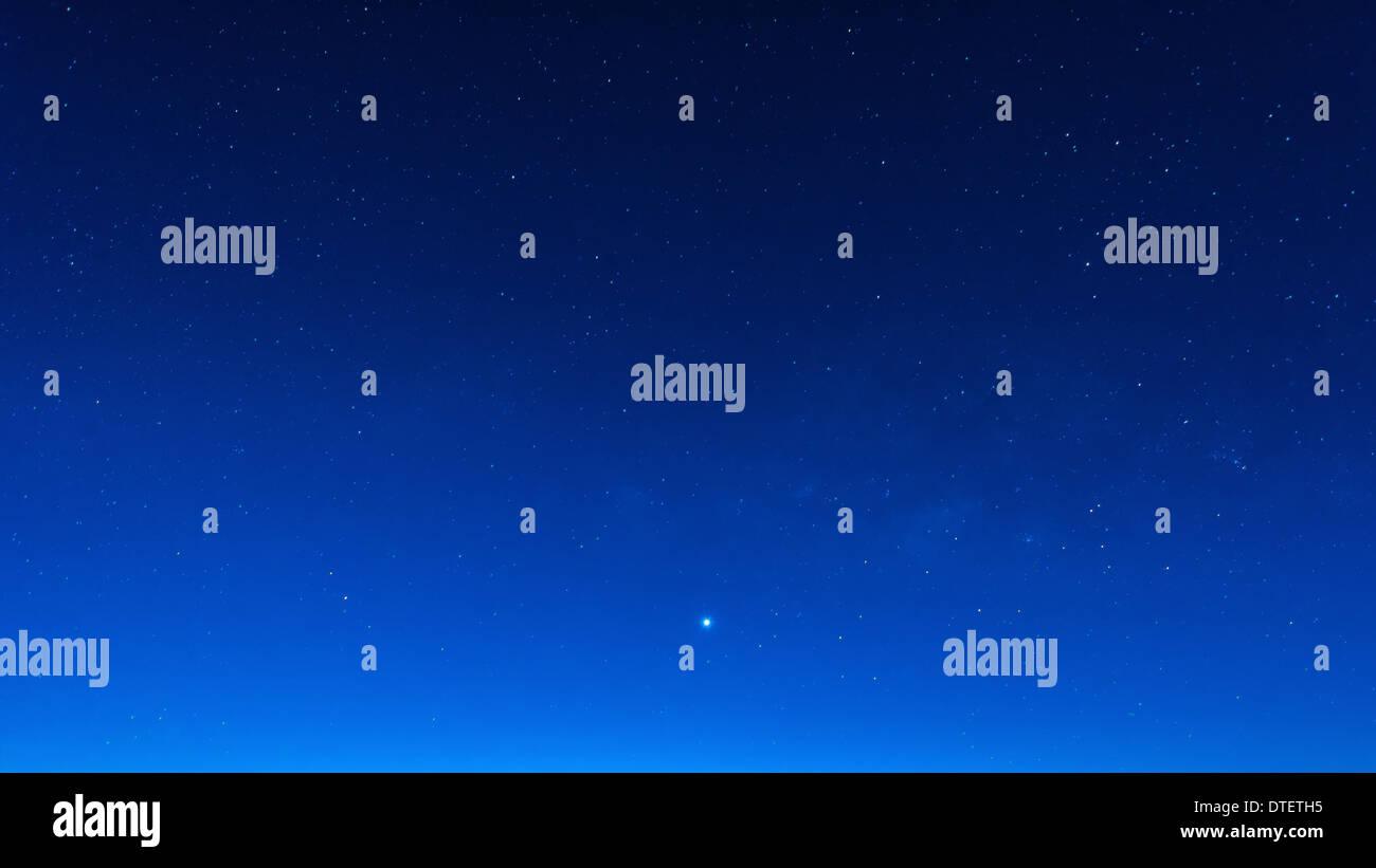 Sternenhimmel in blauer Himmel Zeit Nachtszene mit hohen Iso Milchstraße Stockbild