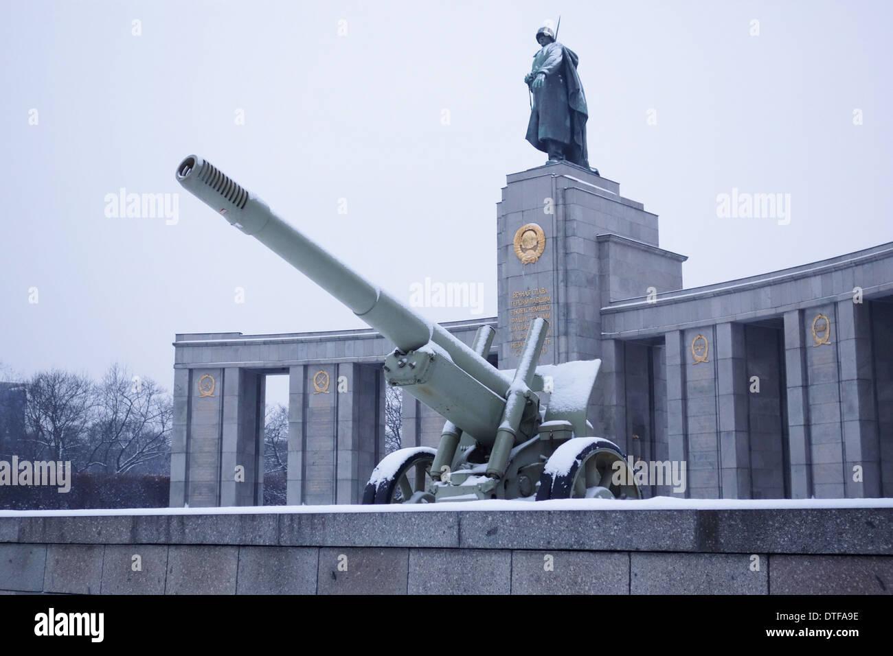 Berlin, Deutschland - 27. Januar 2014: Schnee in das Sowjetische Ehrenmal im Tiergarten, Berlin. Stockfoto