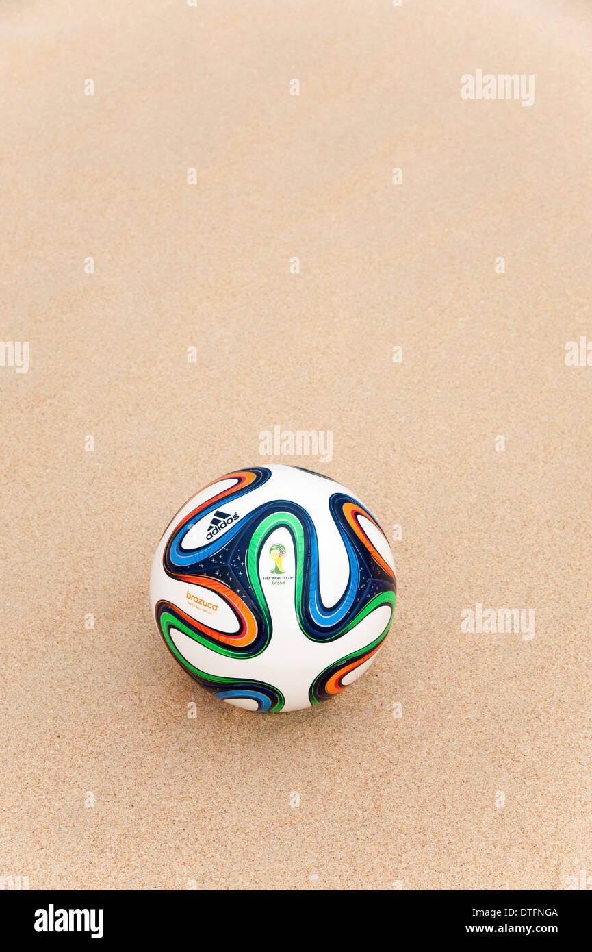 Brazuca (Nachbau), Offizieller Spielball der FIFA WM 2014 in den sand Stockbild