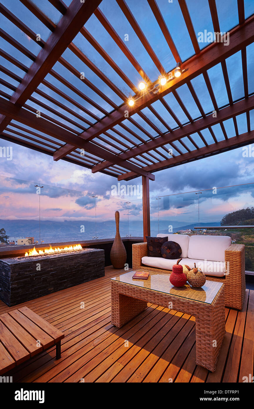 innenarchitektur sch ne moderne terrassen lounge mit pergola bei sonnenuntergang stockfoto. Black Bedroom Furniture Sets. Home Design Ideas