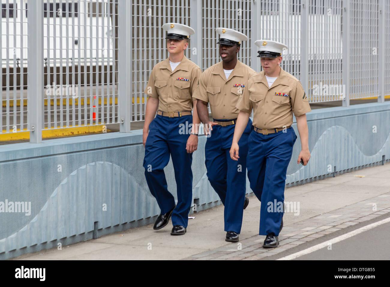 US-Marines zu Fuß auf der Straße von New York City während der Flotte Woche feiern. Stockfoto