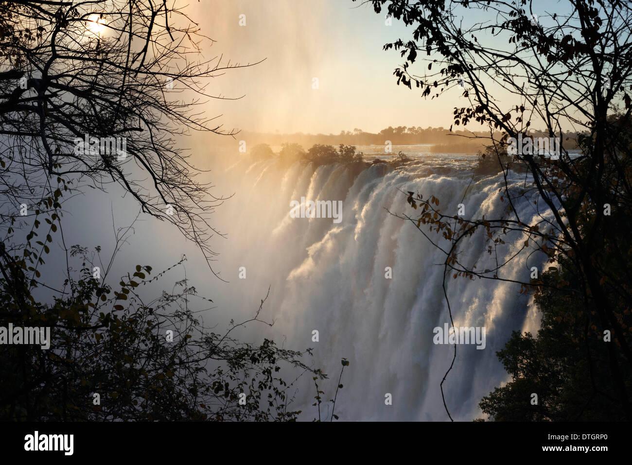 Blick auf den Victoria-Wasserfällen.  Die Victoriafälle sind eines der weltweit spektakulärsten stürzt. 2 km(1.2mi) Stockfoto