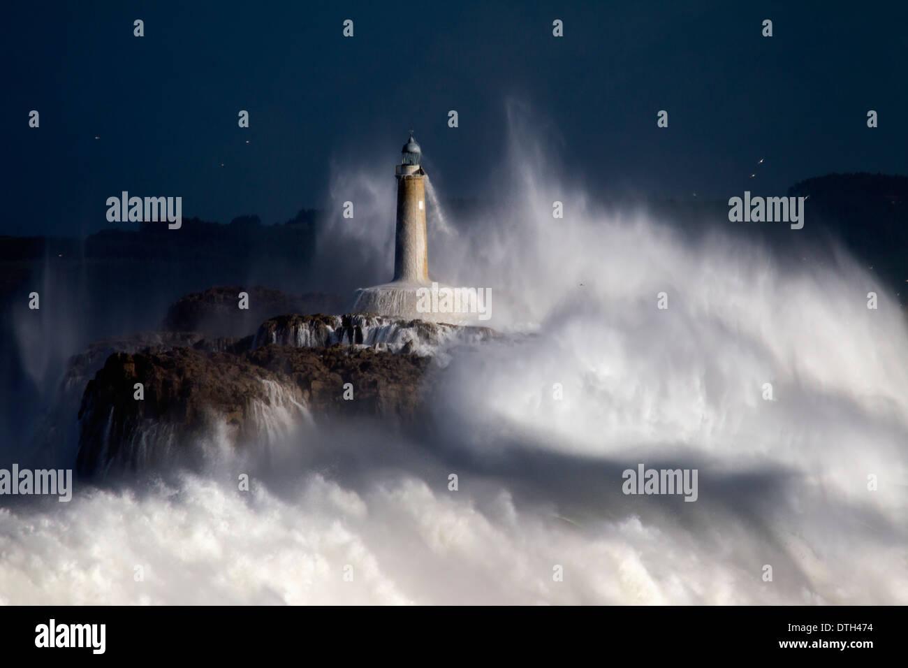 Mouro Insel Leuchtturm in dem großen Sturm. Stockbild