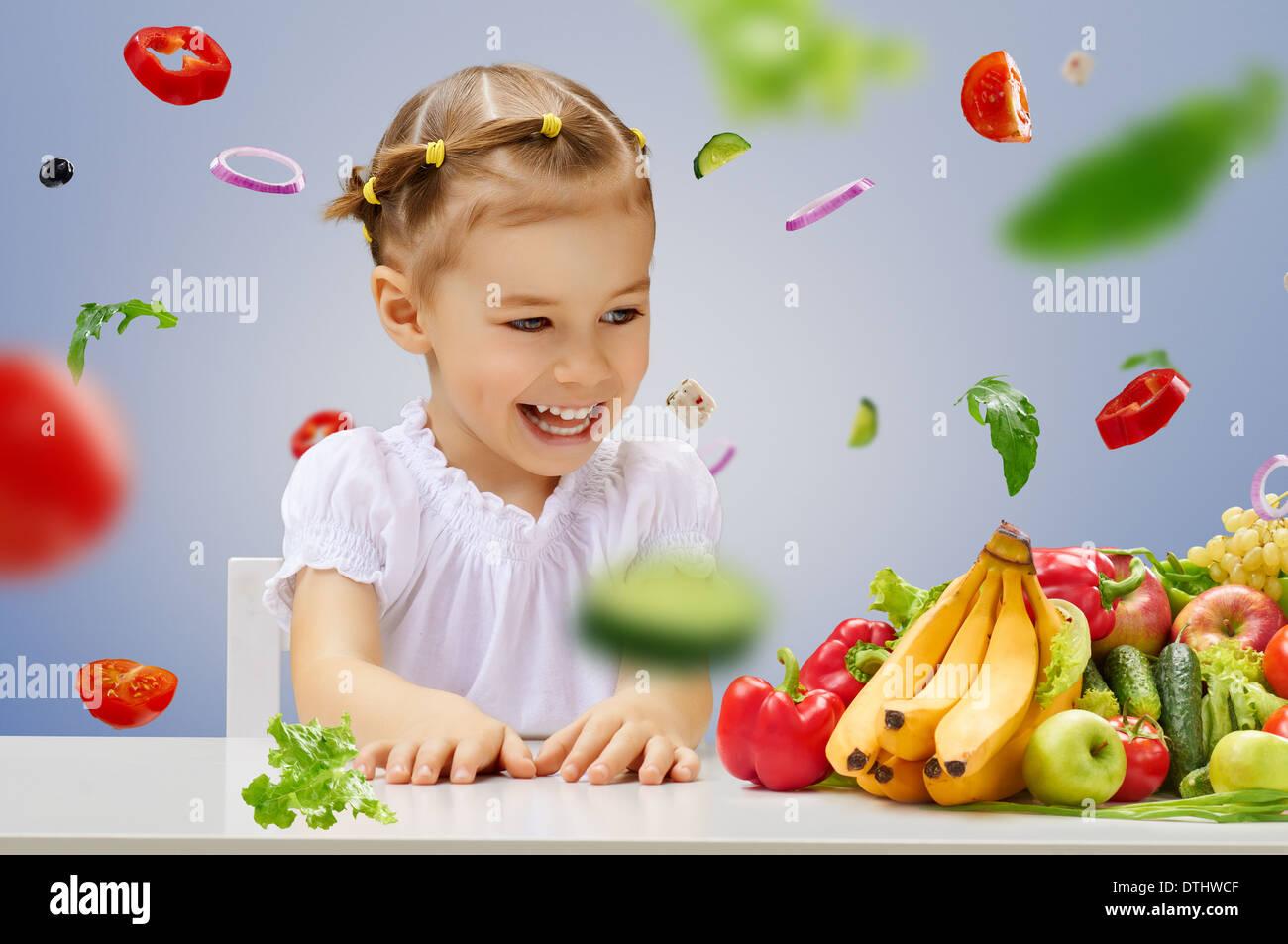 Ein schönes Mädchen essen frisches Obst Stockbild