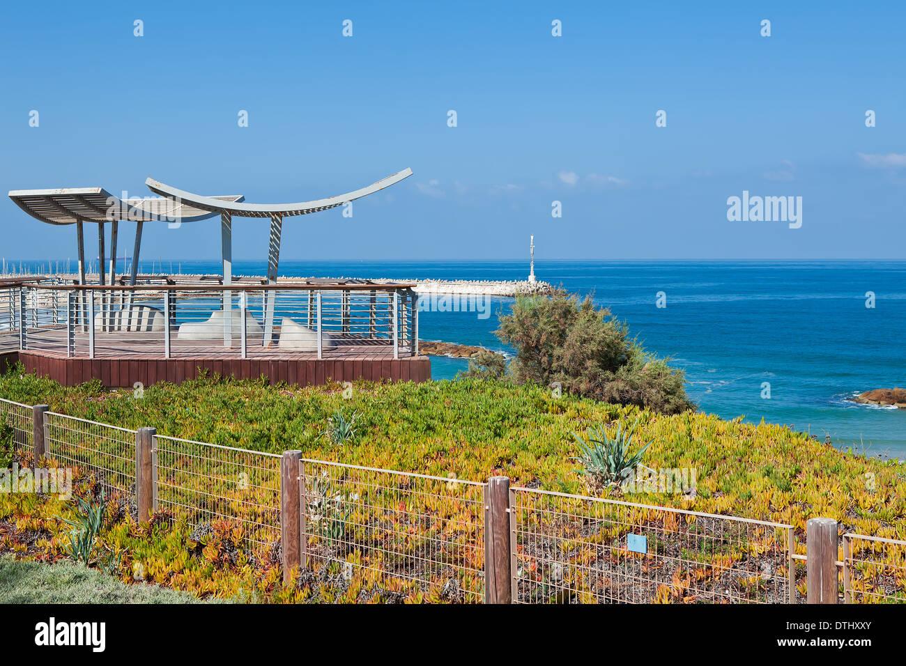 Promenade und Aussichtspunkt mit Blick auf ruhige Mittelmeer in Ashkelon, Israel. Stockbild