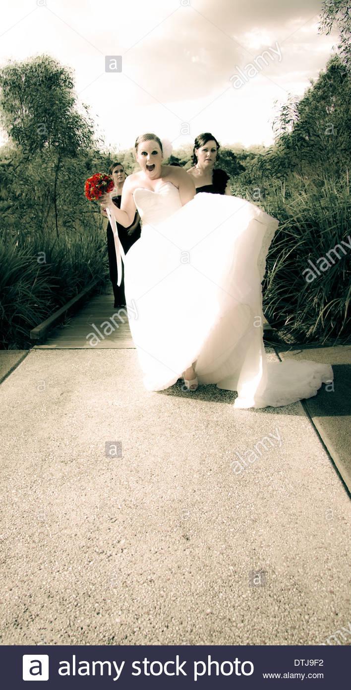 Attraktive junge Braut trägt Exquisite trägerlosen weißen Ballkleid ...