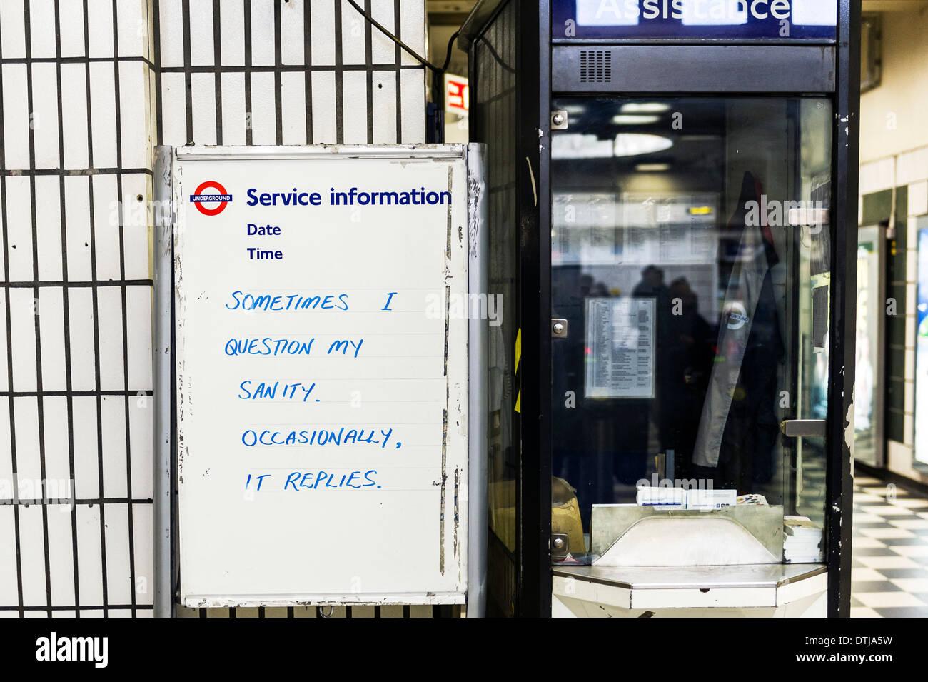 Ein Londoner U-Bahn Schwarzes Brett mit einer amüsanten Nachricht. Stockfoto