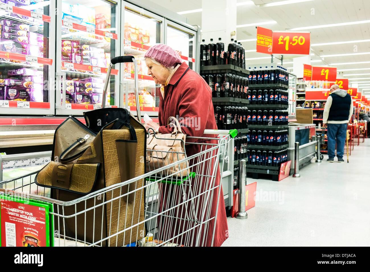 Ein Rentner Einkaufen in ein Asda Supermarkt. Stockbild