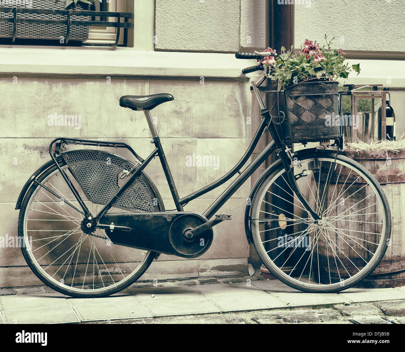 Vintage stilisierte foto der alten fahrrad tragen blumen als dekoration stockfoto bild - Dekoration fahrrad ...