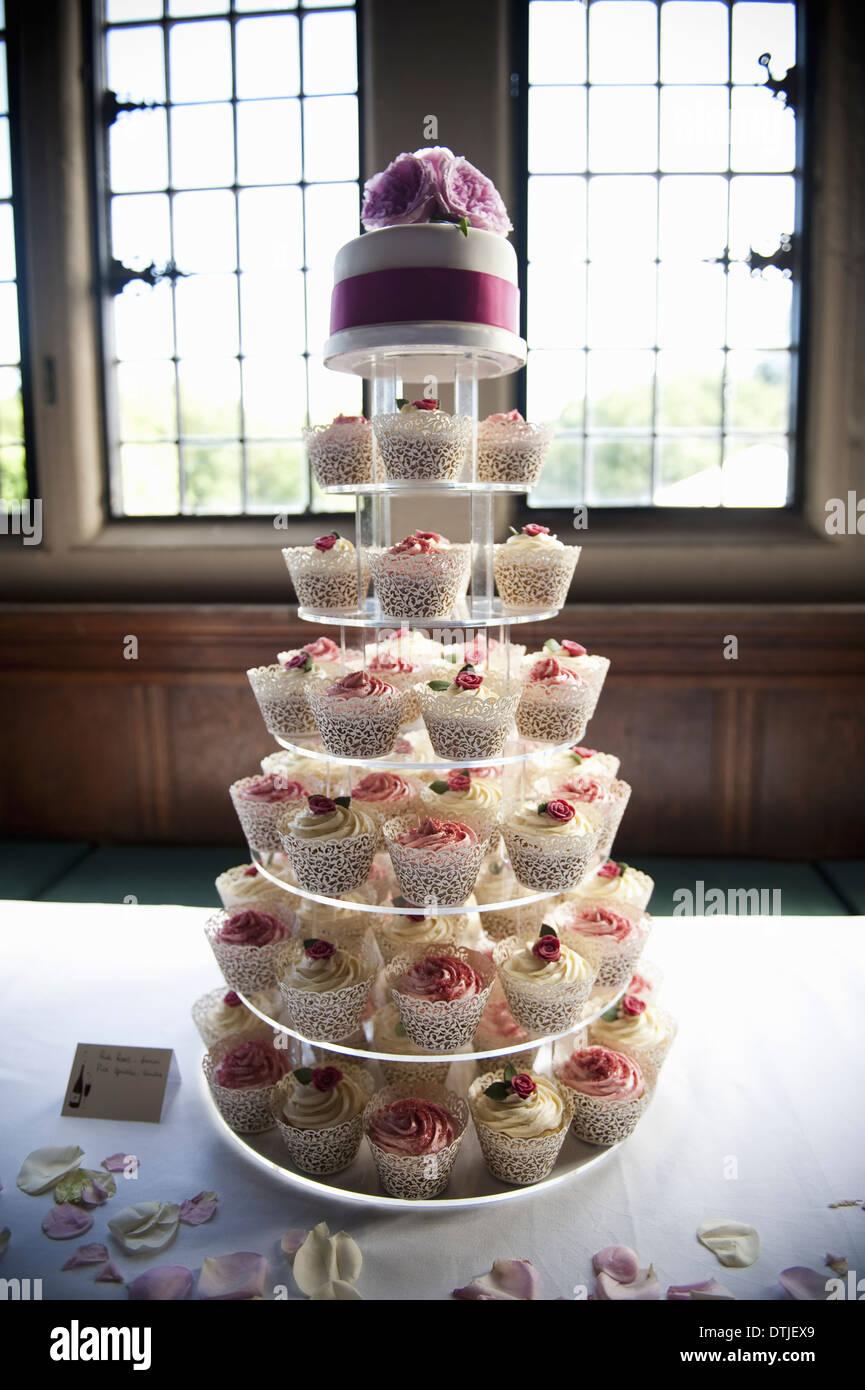 Gefrostet Muffins auf einem sieben Tier Kuchen Stand ein Cupcake-Hochzeitstorte-England Stockbild