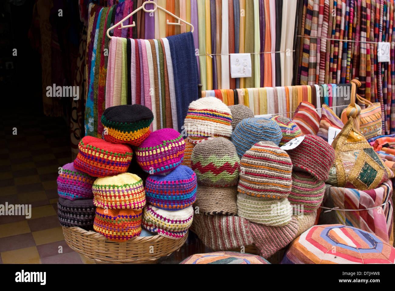 Stoffe, Teppiche, Kissen und Strickmützen für Verkauf in den Souk ...