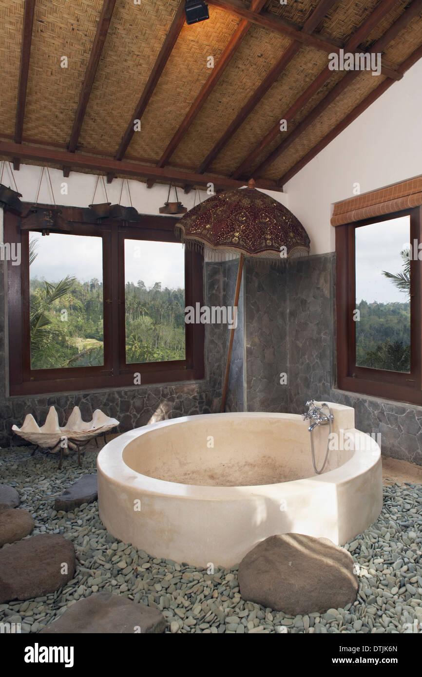 Runde Badewanne In Ungewohnlichen Badezimmer Villa Pujungan Bali Indonesien Stockfotografie Alamy