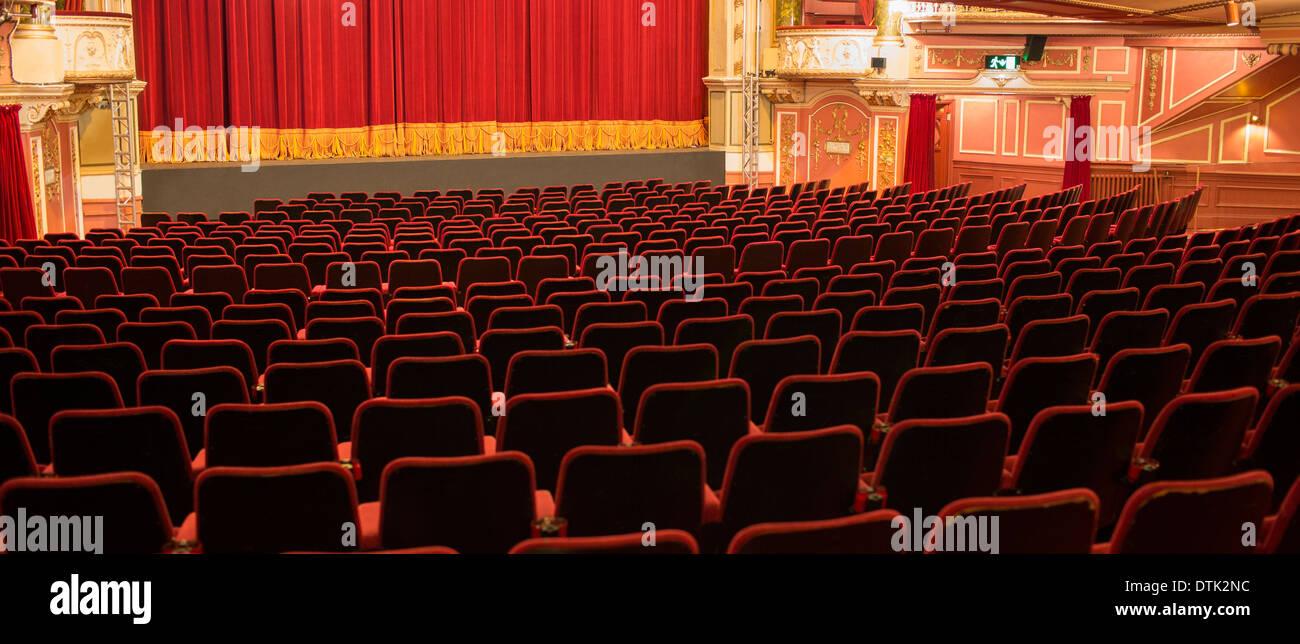 Leere Stühle im theater Stockbild