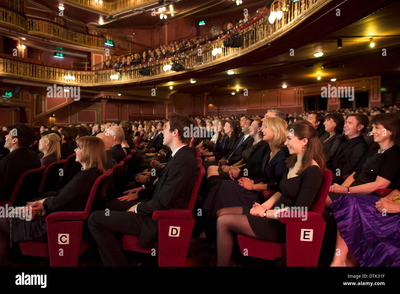Publikum beobachten Leistung im theater Stockbild