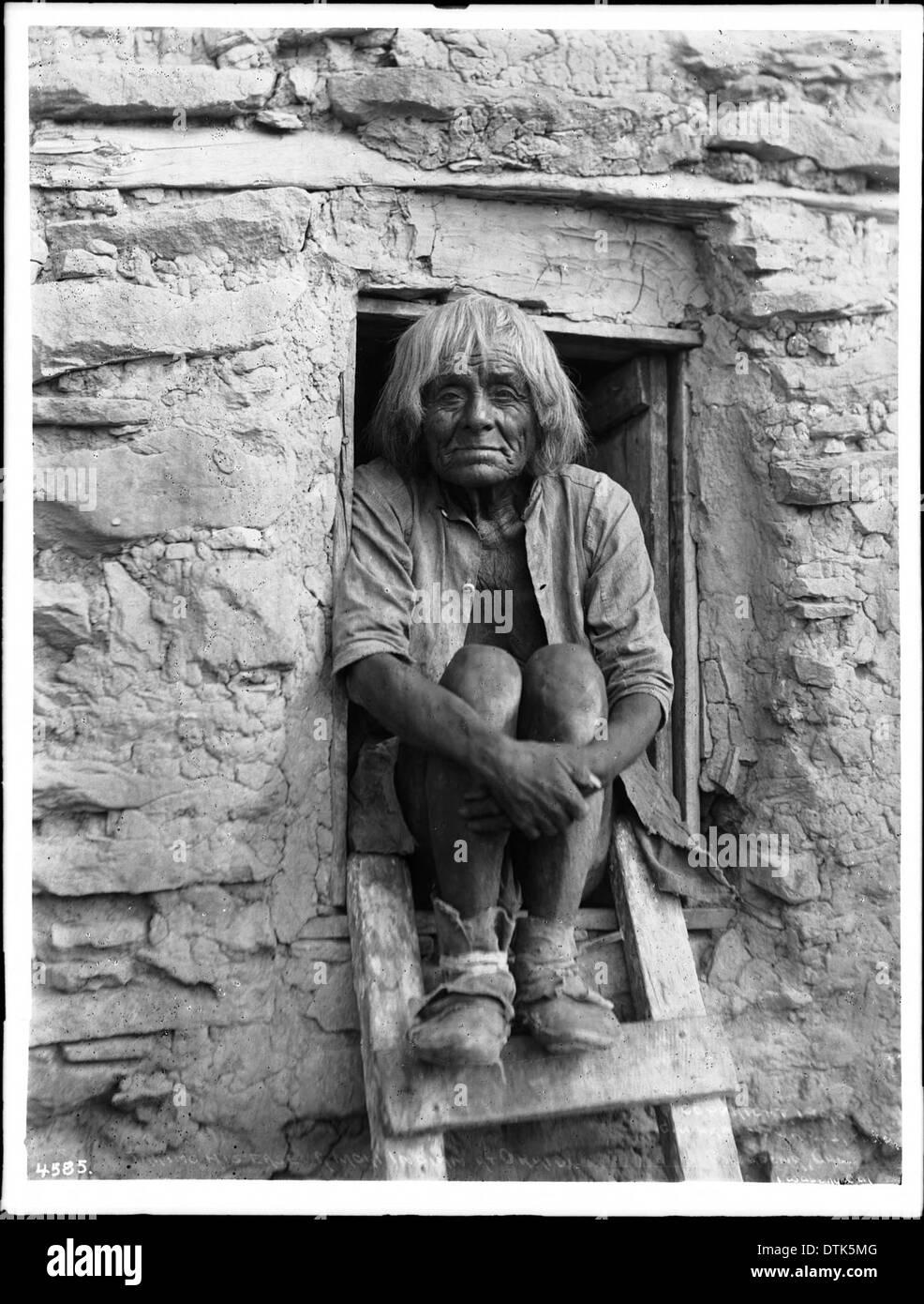 Porträt eines alten Hopi Indianer Mann in der winzigen Holz sitzen ...