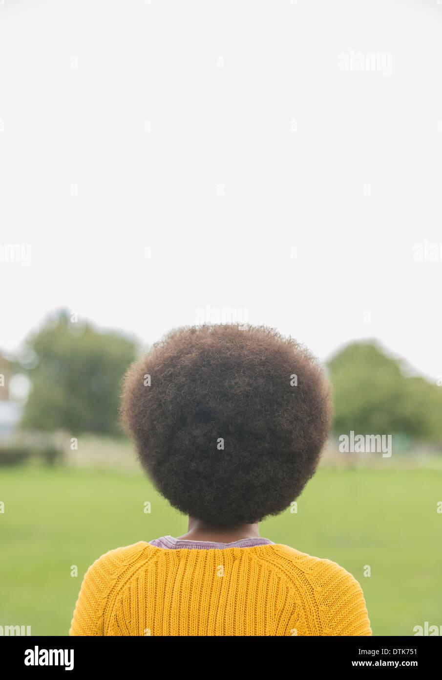 Frau mit Afro stehen im park Stockbild