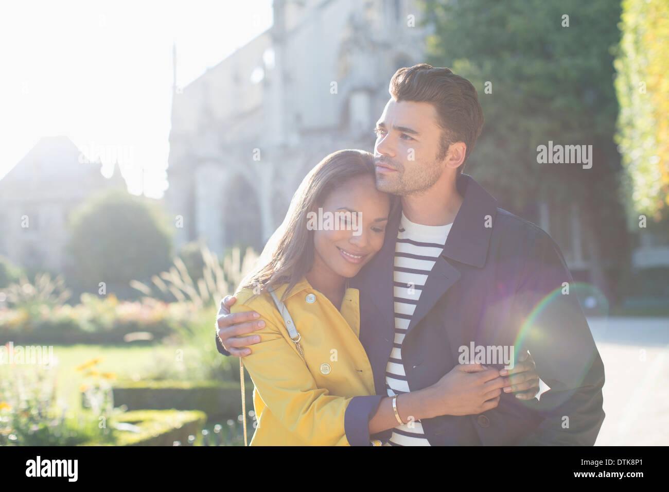 Paar umarmt im Stadtpark Stockbild