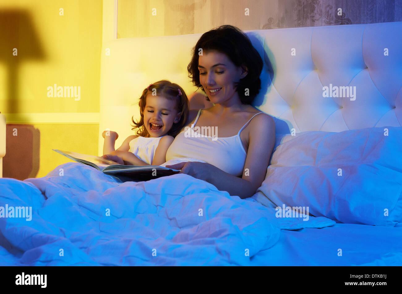 Tochter und Mutter sind glücklich zusammen Stockfoto