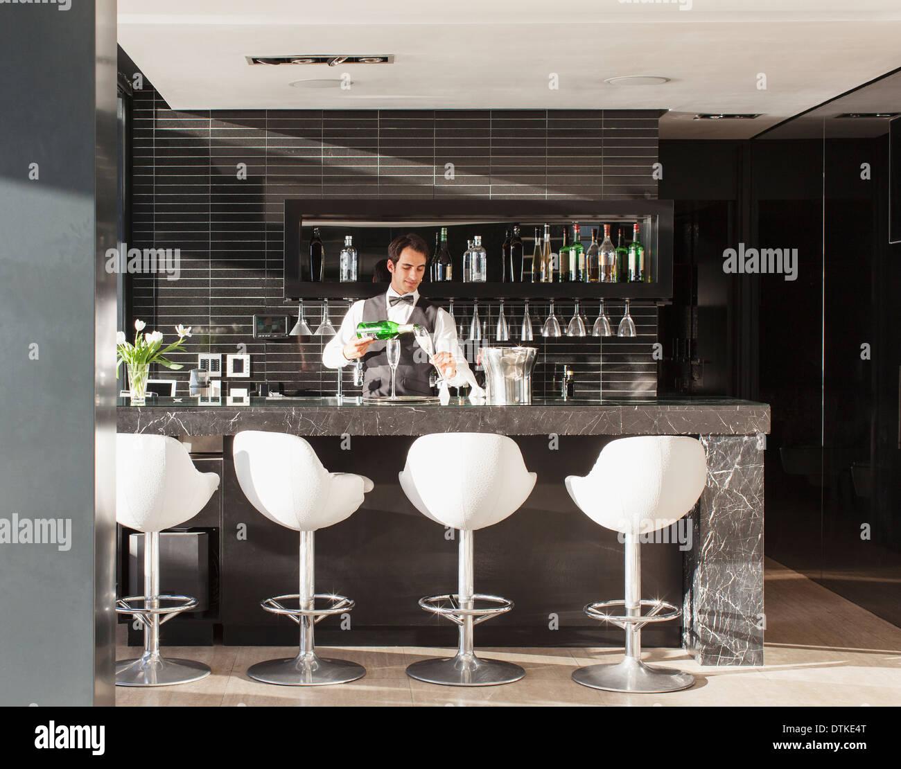 Kellner, die Zubereitung von Getränken in der Bar Stockbild