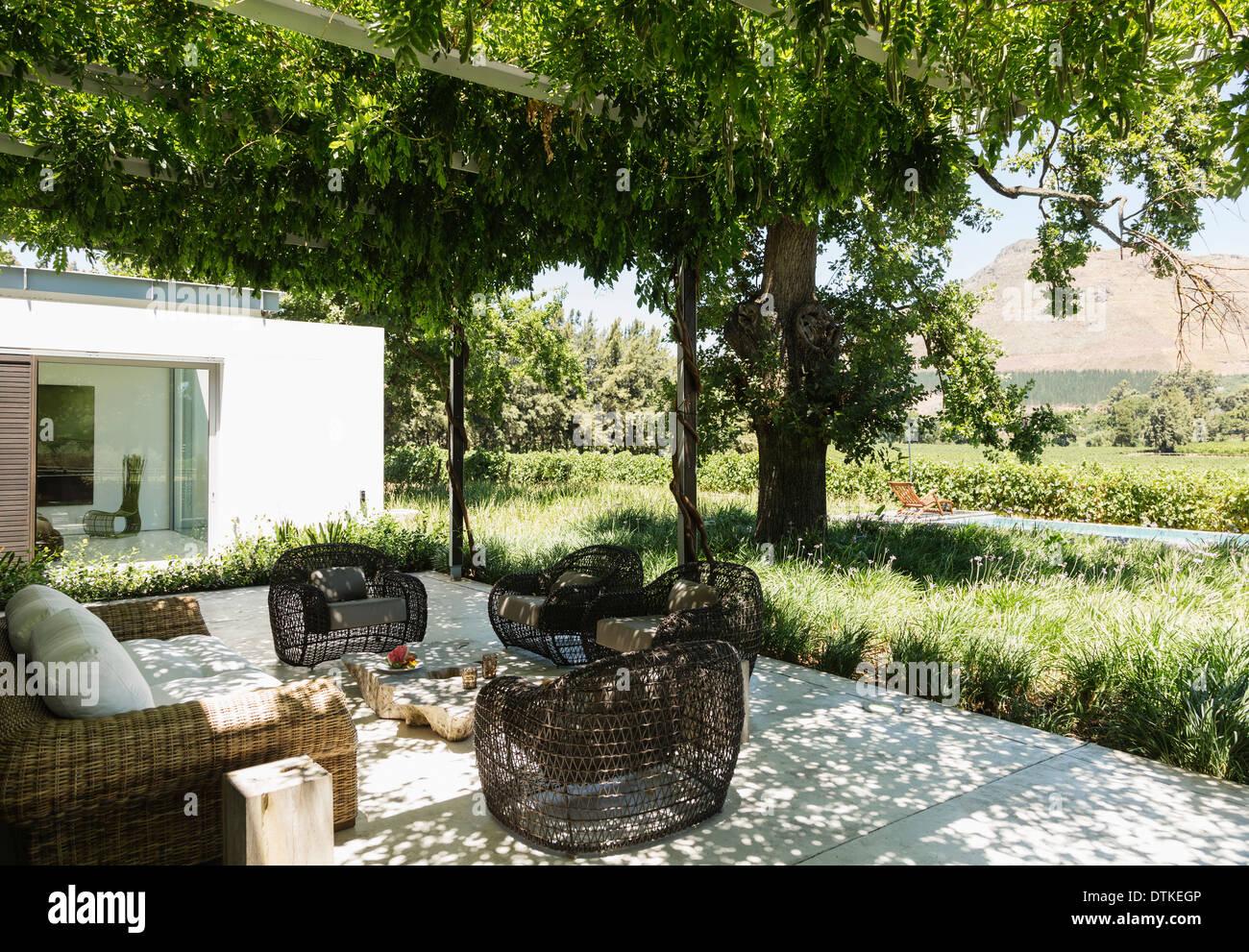 feuerstelle und sesseln auf luxus terrasse mit blick auf. Black Bedroom Furniture Sets. Home Design Ideas