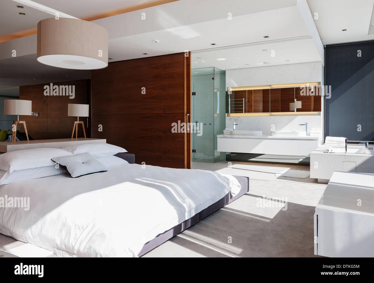 Turbo Schlafzimmer und Bad en suite im modernen Haus Stockfoto, Bild LE22