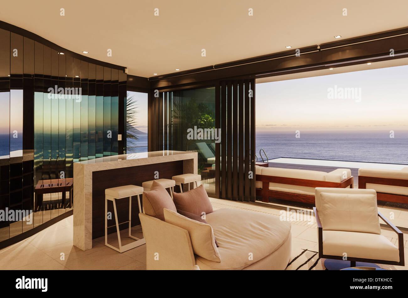 Moderne Wohnzimmer Und Bar Mit Blick Auf Meer Bei Sonnenuntergang