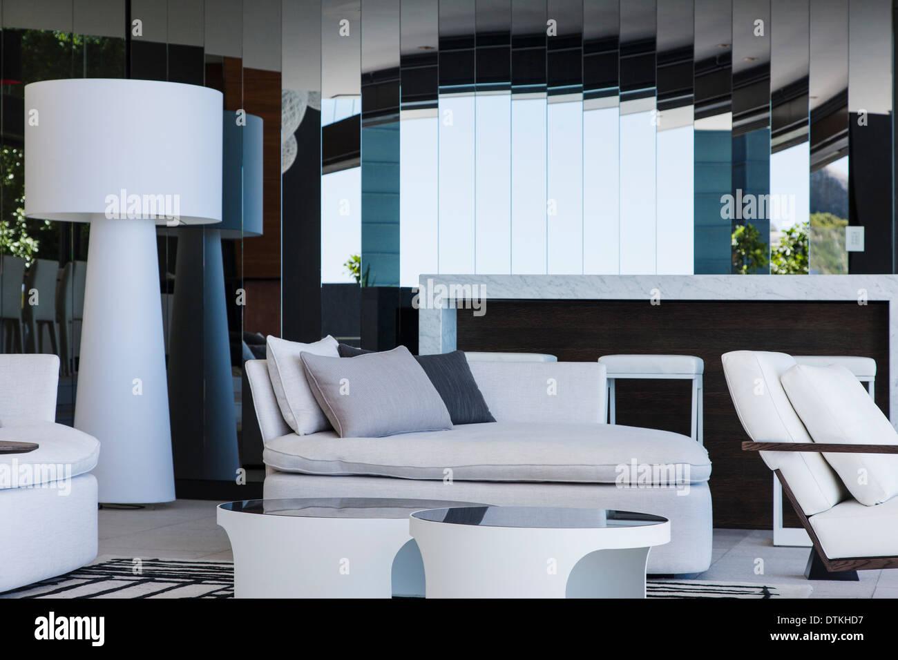 Sofa und Spiegel im modernen Wohnzimmer Stockfoto, Bild: 66813635 ...
