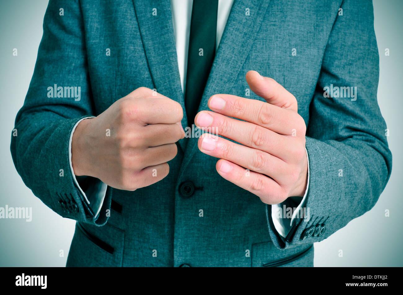 Mann trägt einen Anzug Mann in Anzug mit einer drohenden Geste Stockbild