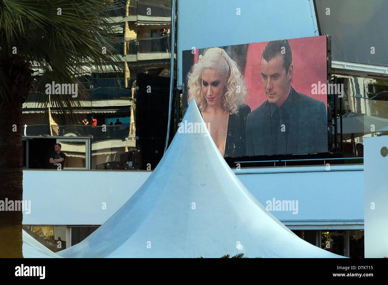 Europa, Frankreich, Alpes-Maritimes, Cannes Filmfestival. Weiterverbreitung von den roten Teppich auf der großen Leinwand. Stockbild
