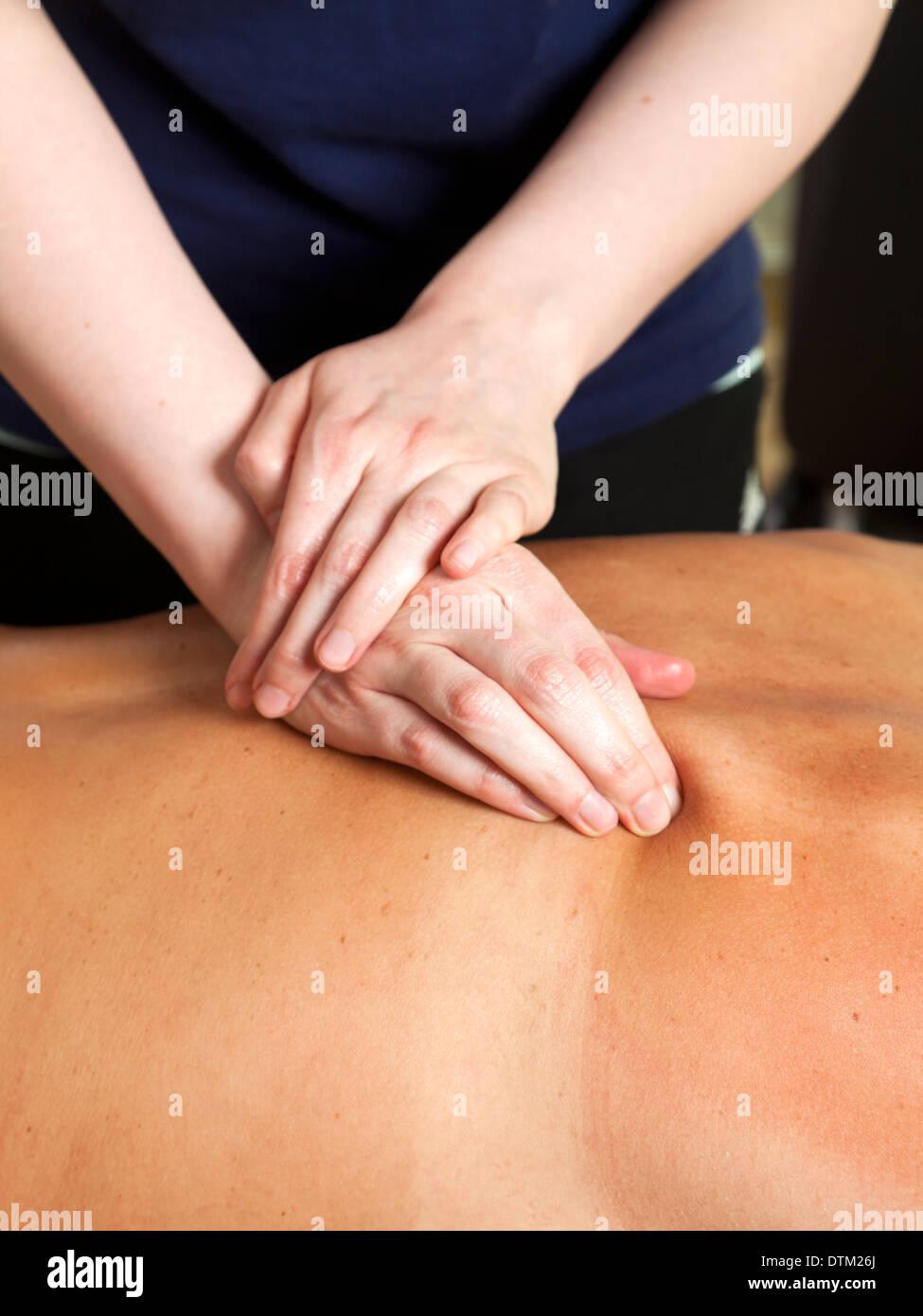 Reife kaukasischen Frau Rückenmassage von weiblichen Therapeuten erhalten Stockbild